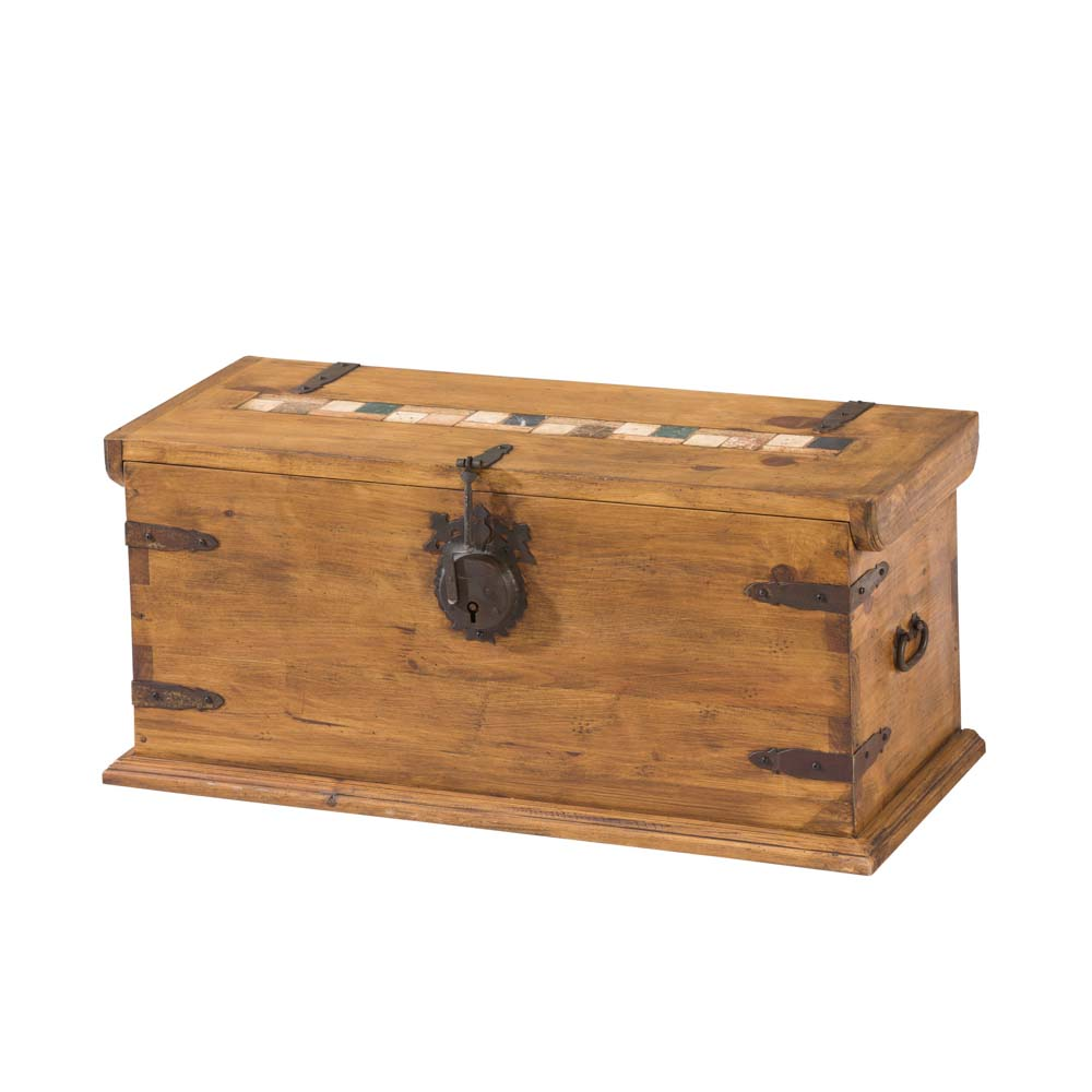 baul de madera con forja y marmol