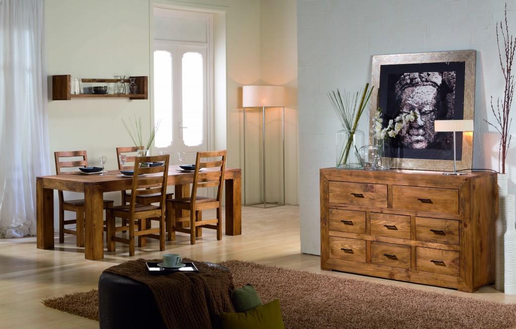 salón de madera, mesas, sillas, cómoda