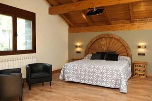 dormitorio madera rústica, cabecero, mesita noche