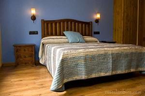 dormitorio madera rústica, cabecero rústico, mesita rústica