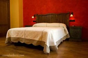 dormitorio madera rústica, cabecero rústico, armario rústico