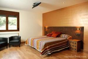 dormitorio madera rústica, cabecero y mesita de noche