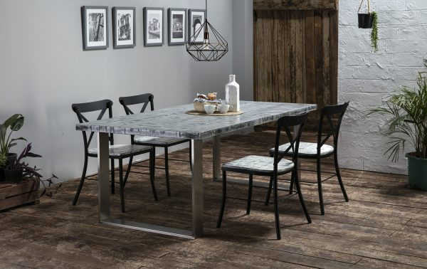 mesa y sillas de madera y acero