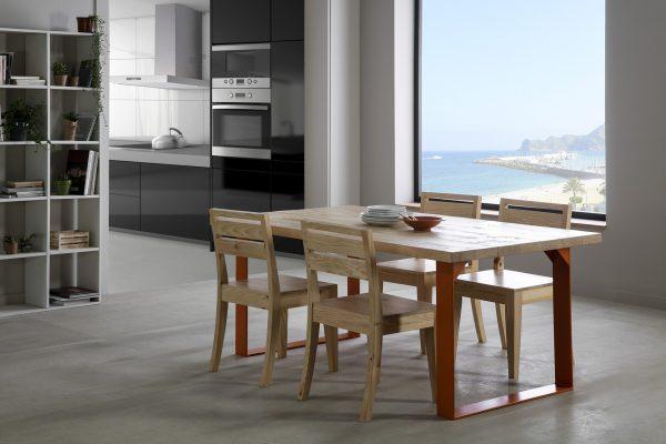 mesa y sillas de madera y patas de hierro