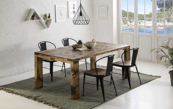 mesa y sillas de madera color café