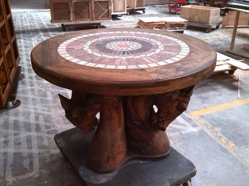 mesa redonda de madera y mármol