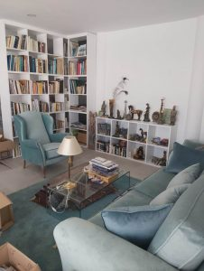 librero de madera maciza en blanco